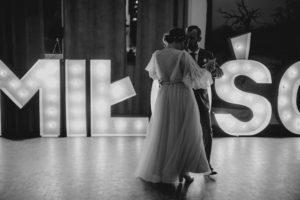 Napis MIŁOŚĆ - ślub w Biskupicach, Siedem Drzew