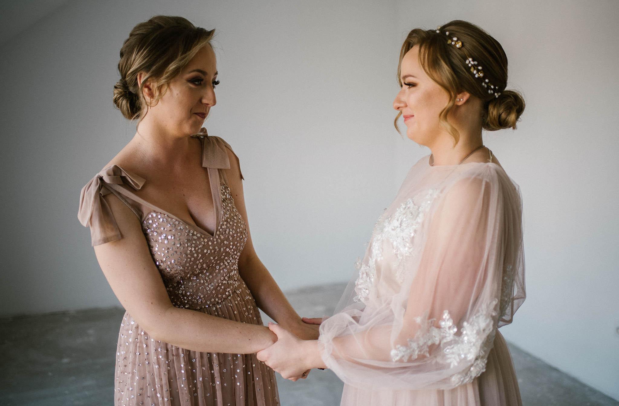 Panna młoda zakłada suknię ślubną - reportaż ze ślubu w Siedmiu Drzewach w Biskupicach