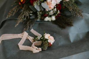 Ozdobne kwiaty na rękę - sesja ślubna Biskupice Siedem Drzew
