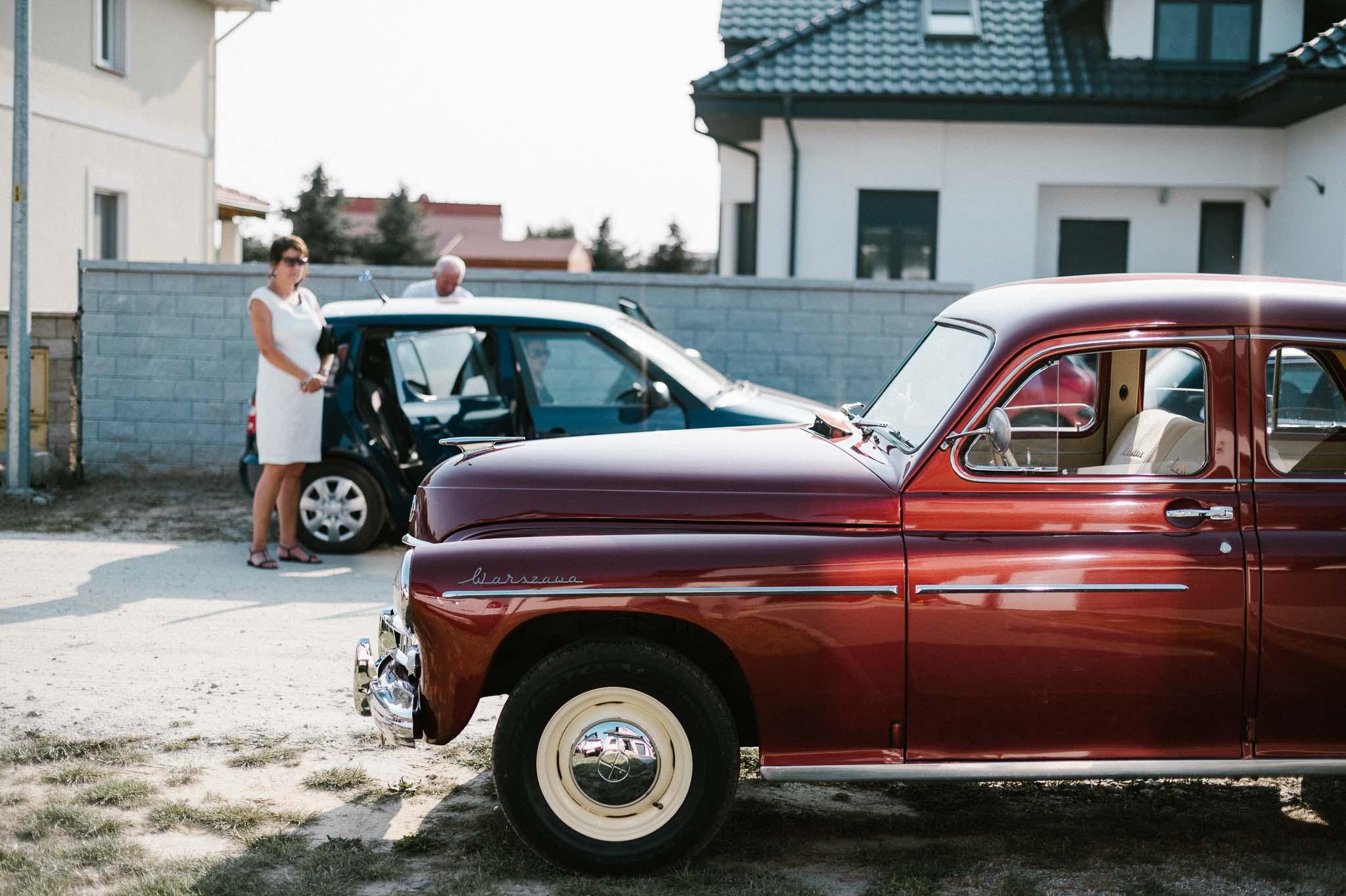 Bordowy stary samochód ślubny - sesja ślubna Biskupice Siedem Drzew