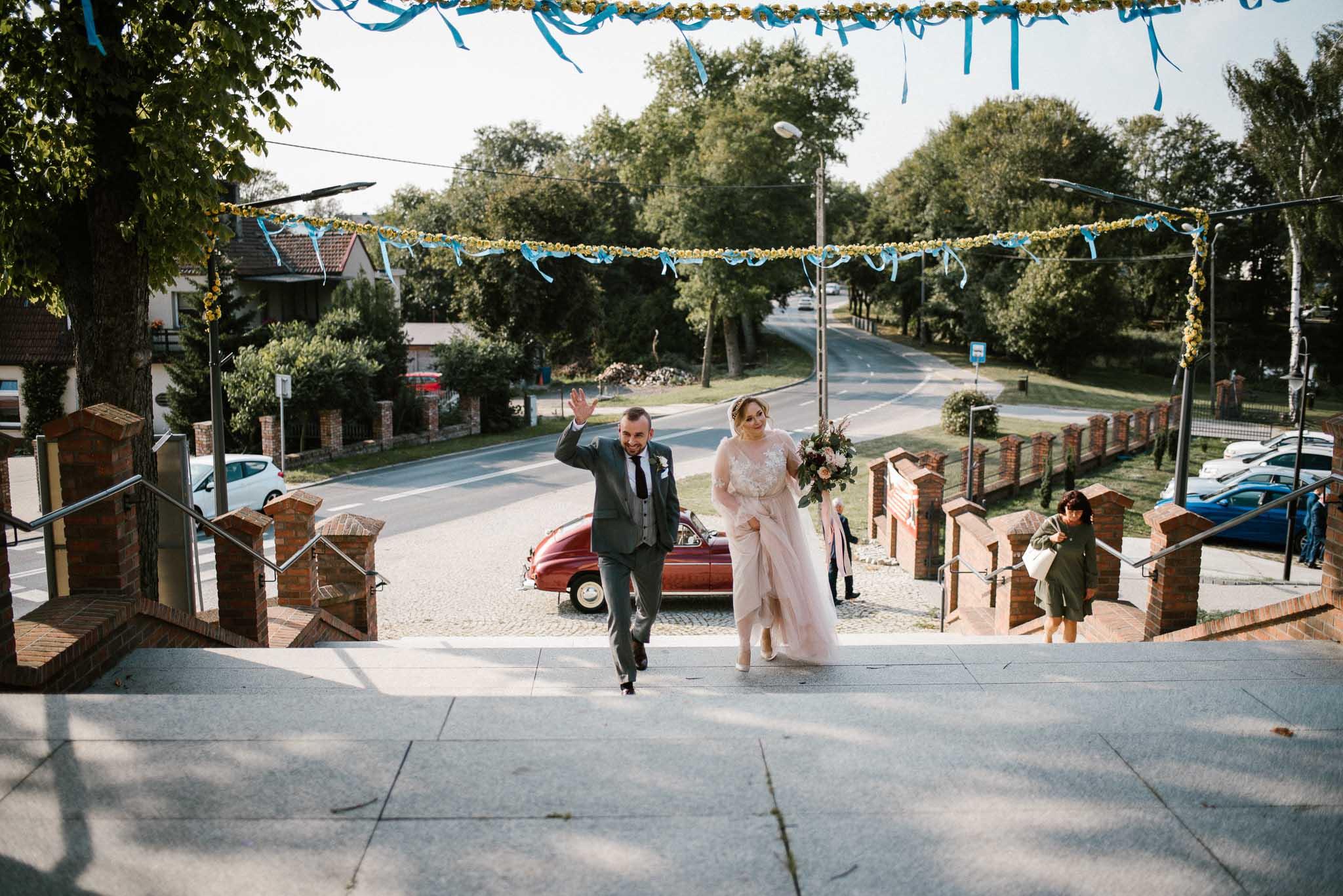 Para młoda wchodzi do kościoła - ślub w Biskupicach, Siedem Drzew