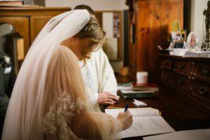 Panna młoda podpisuje dokumenty w kościele - ślub w Biskupicach, Siedem Drzew