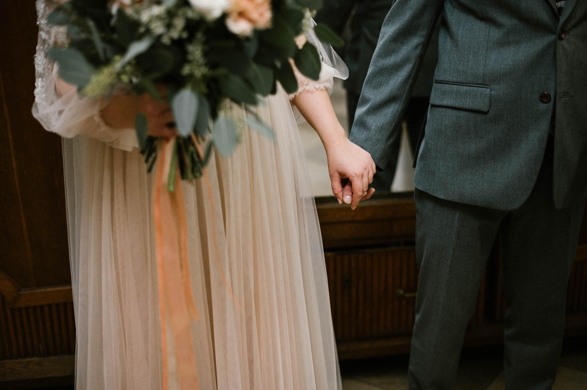 Państwo młodzi trzymają się za ręce - ślub w Biskupicach, Siedem Drzew
