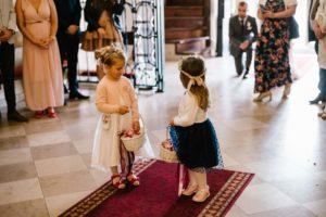 Dziewczynki sypią kwiatki w kościele - ślub w Biskupicach, Siedem Drzew