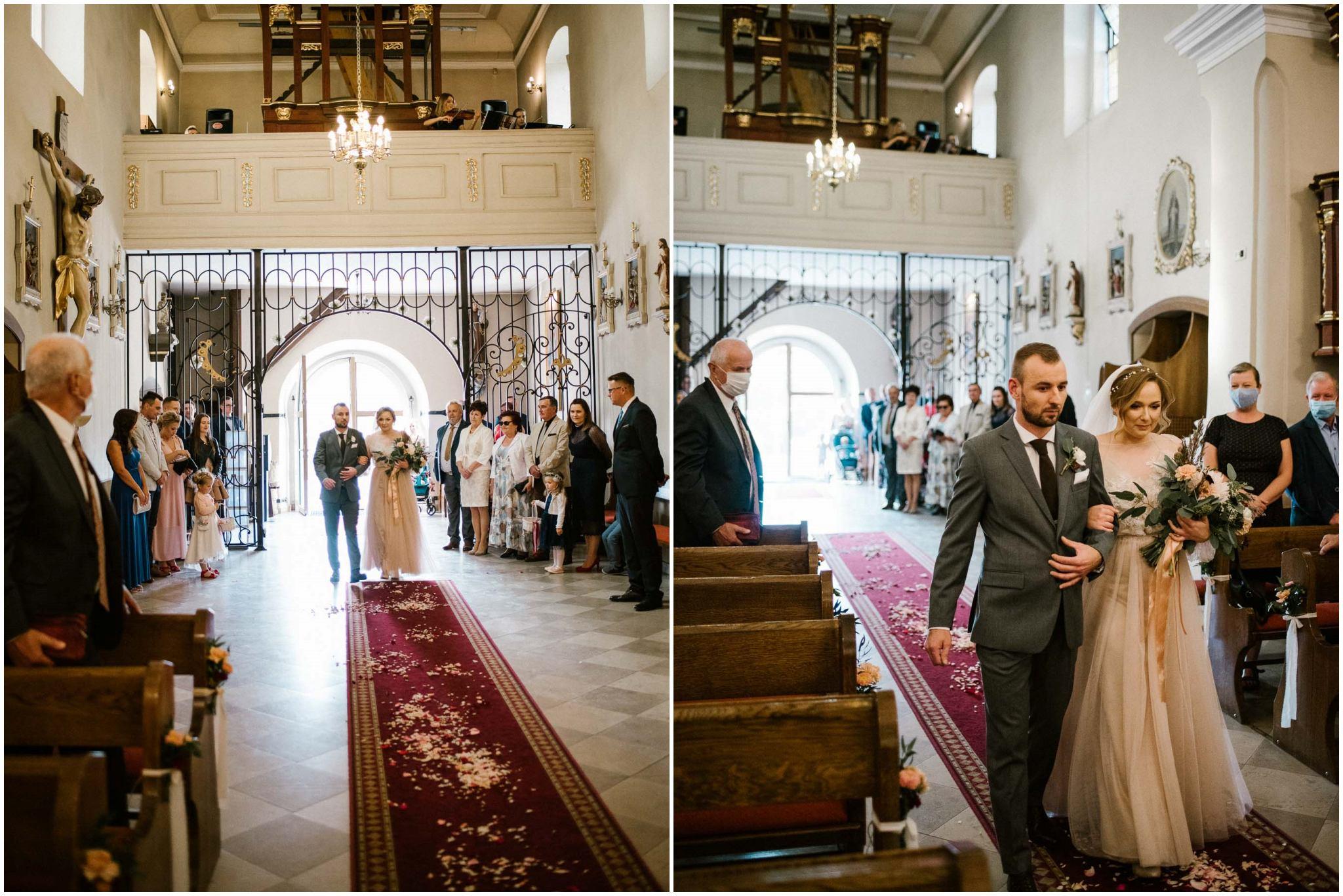 Para młoda podchodzi do ołtarza - ślub w Biskupicach, Siedem Drzew