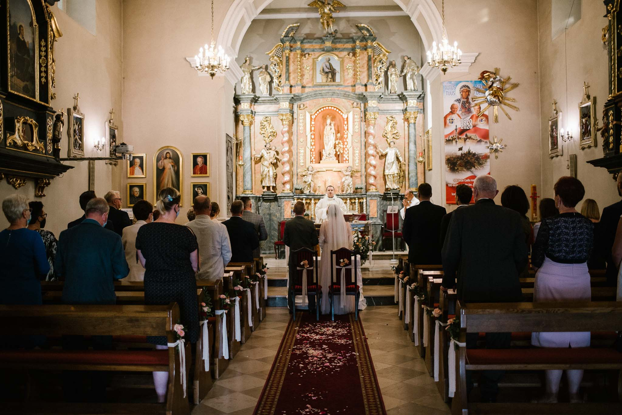 Para młoda przed ołtarzem - ślub w Biskupicach, Siedem Drzew
