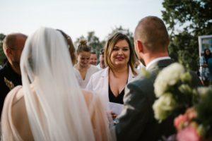 Goście składają życzenia parze młodej - ślub w Biskupicach, Siedem Drzew
