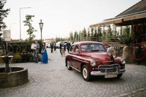 Bordowy ślubny samochód podjeżdża pod Siedem Drzew w Biskupicach