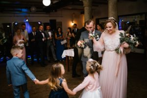Para młoda wznosi toast - ślub w Biskupicach, Siedem Drzew