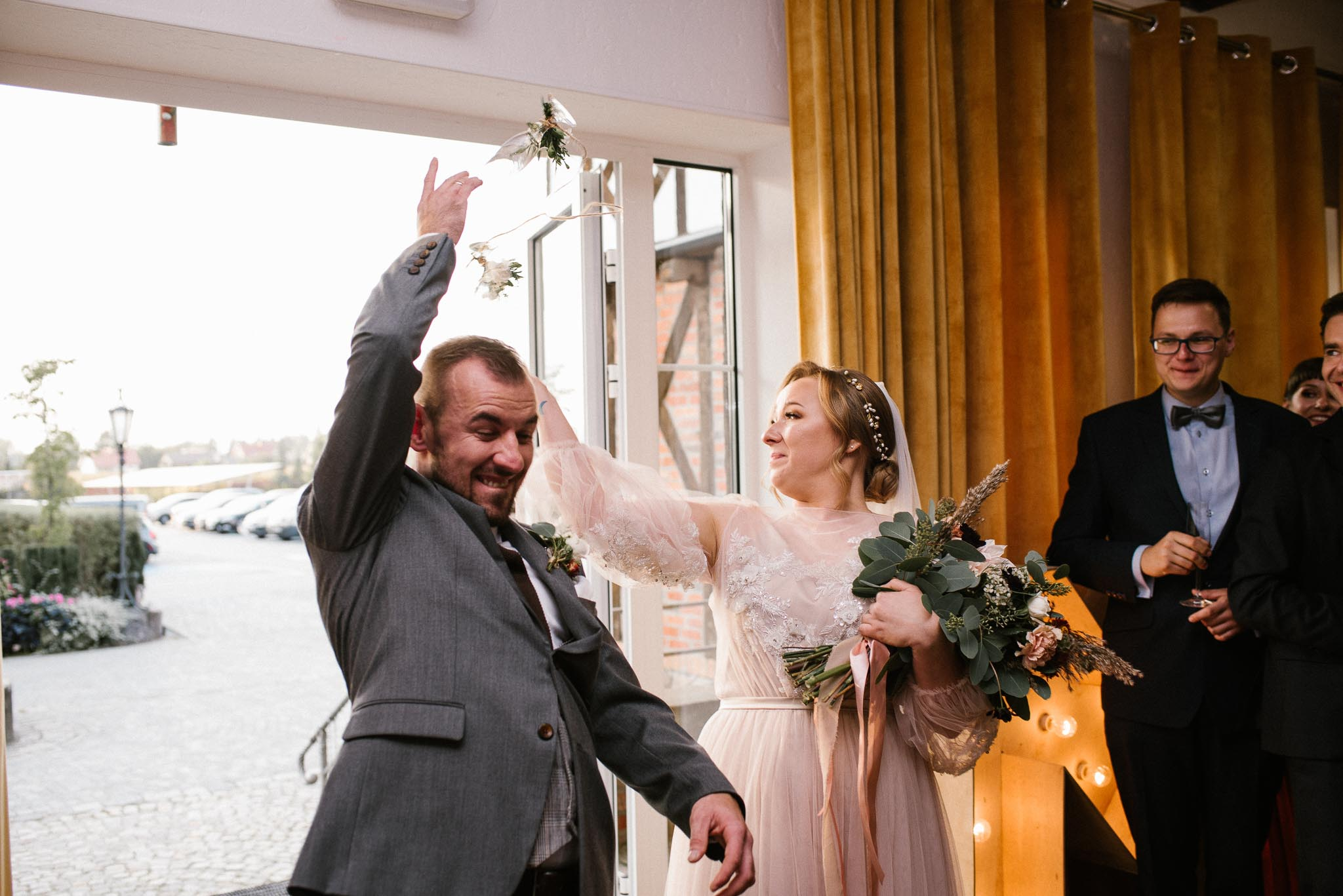 Para młoda rzuca kieliszki- ślub w Biskupicach, Siedem Drzew