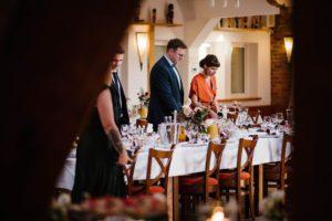 Goście siadają do stołów - ślub w Biskupicach, Siedem Drzew