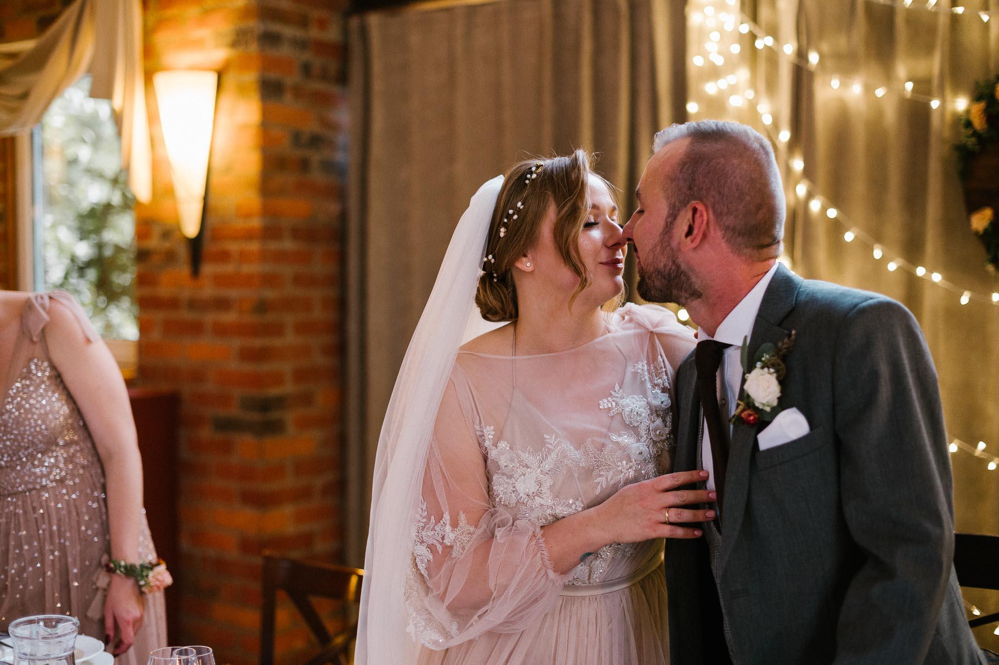 Para młoda się całuje- ślub w Biskupicach, Siedem Drzew