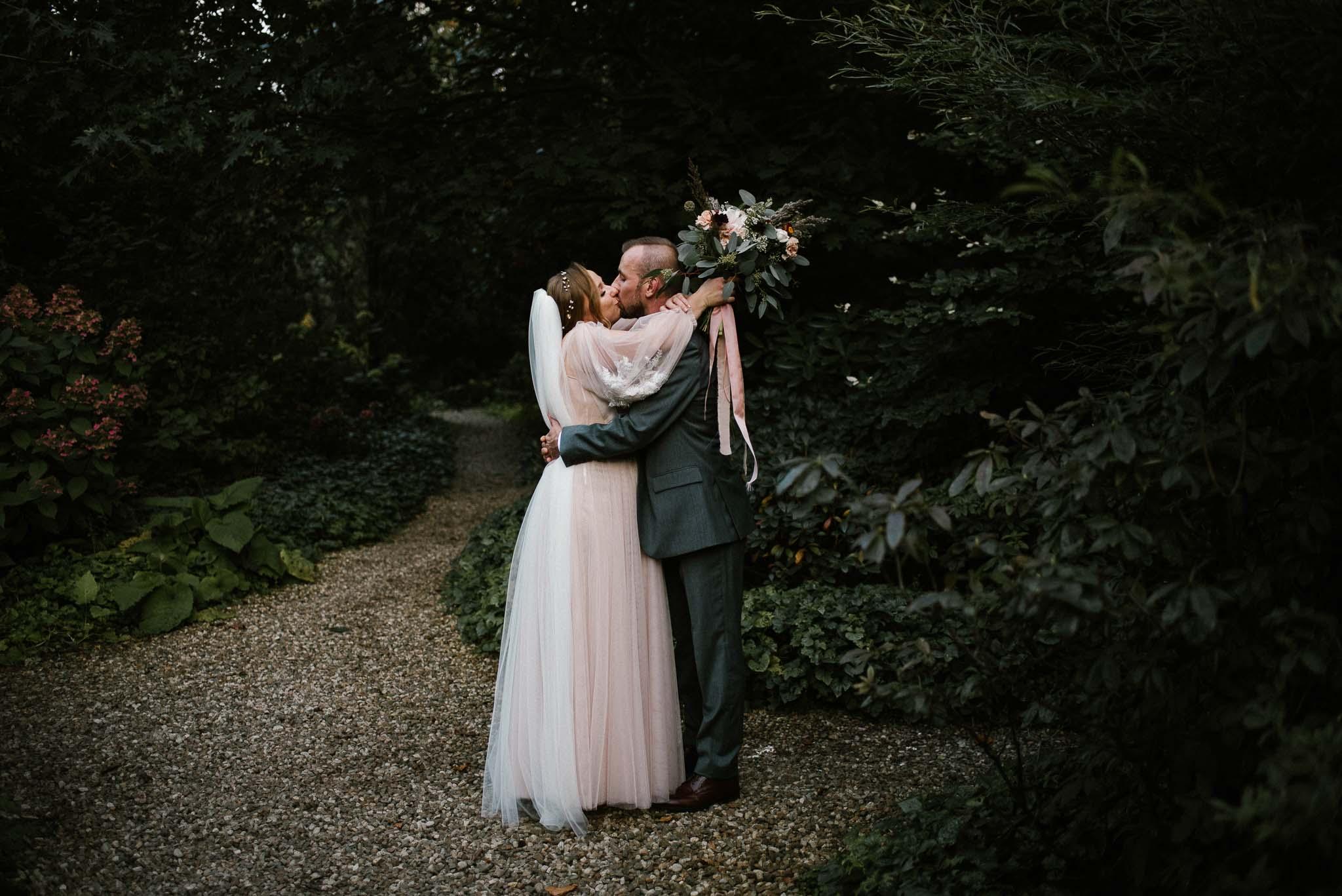 Para młoda idzie przez ogród - sesja ślubna w plenerze, Pani Woźna, Siedem Drzew, Biskupice