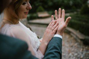 Zbliżenie na dłonie pary młodej - sesja ślubna w plenerze, Pani Woźna, Siedem Drzew, Biskupice