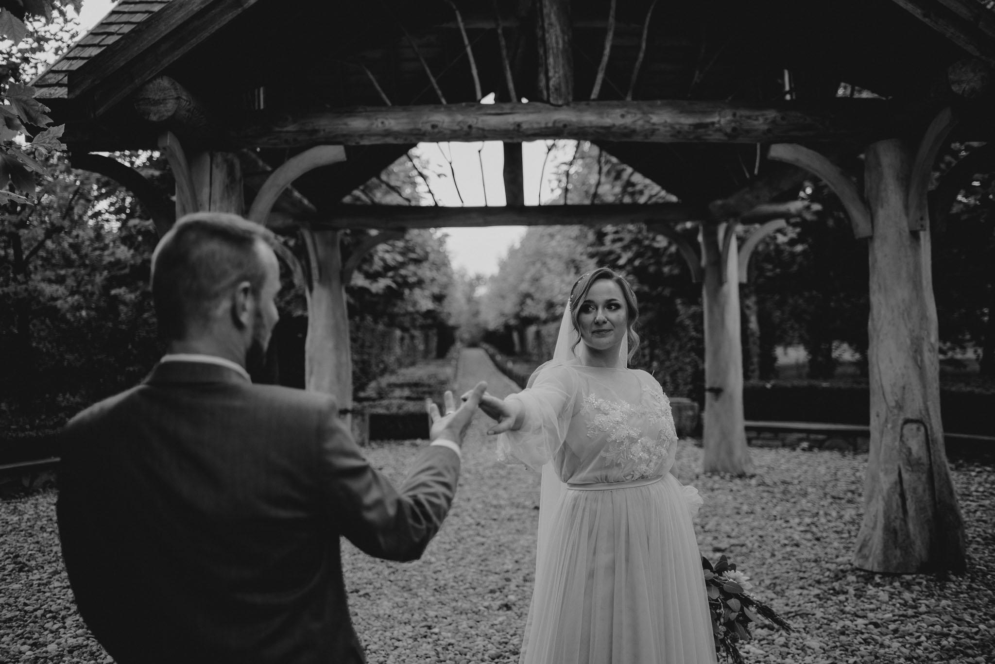Para młoda tańczy w ogrodzie - - sesja ślubna w plenerze, Pani Woźna, Siedem Drzew, Biskupice