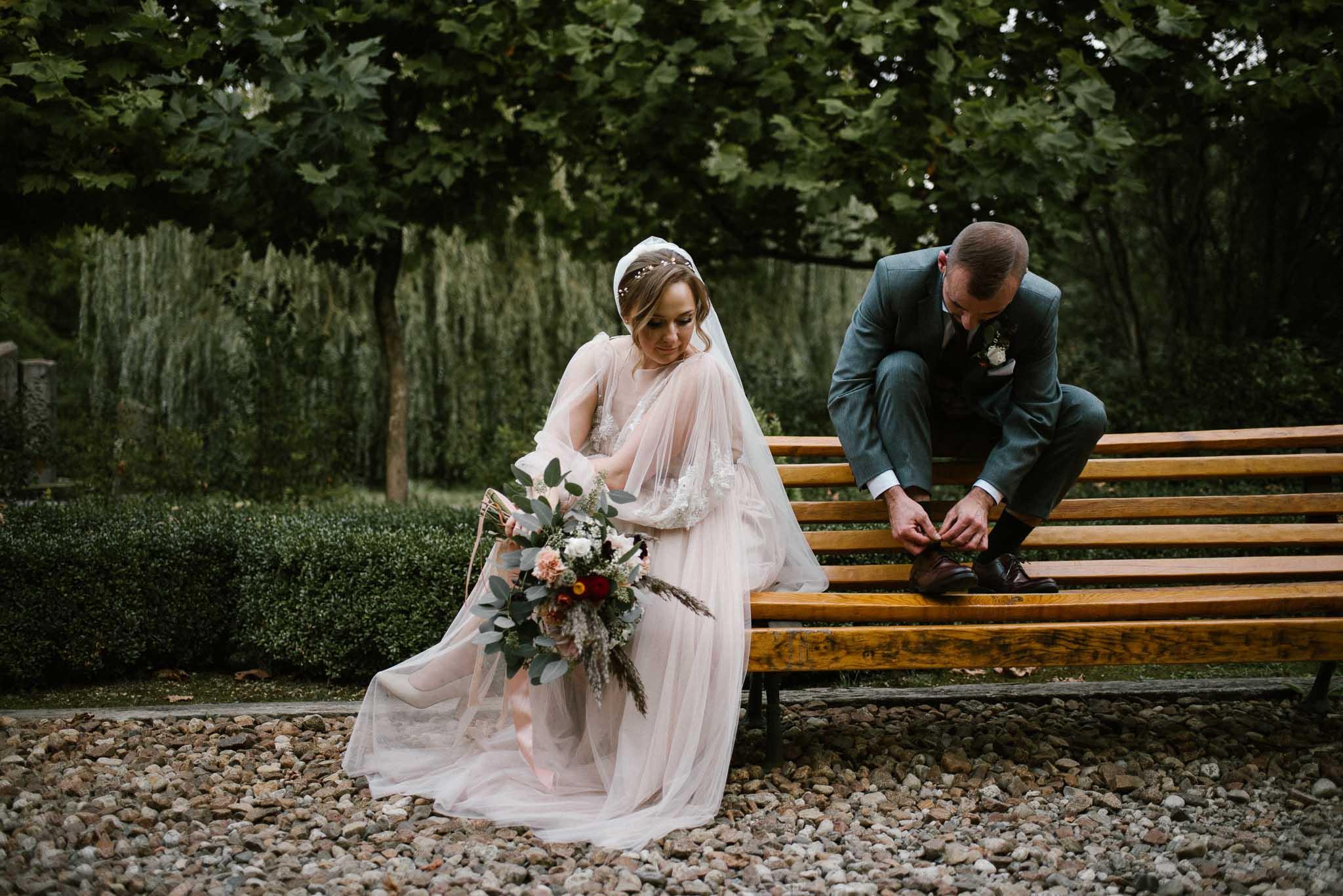 Para młoda siedzi na ławce w parku - - sesja ślubna w plenerze, Pani Woźna, Siedem Drzew, Biskupice