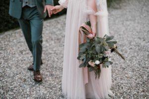 Para młoda, zbliżenie na dłonie i nogi - sesja ślubna w plenerze Biskupice, Siedem Drzew