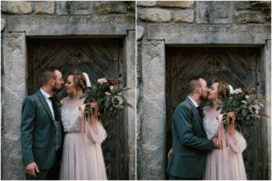 Para młoda na tle starych drzwi - sesja ślubna w plenerze Biskupice, Siedem Drzew