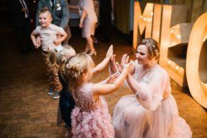 Panna młoda przybija piątkę dziewczynce - ślub w Biskupicach, Siedem Drzew