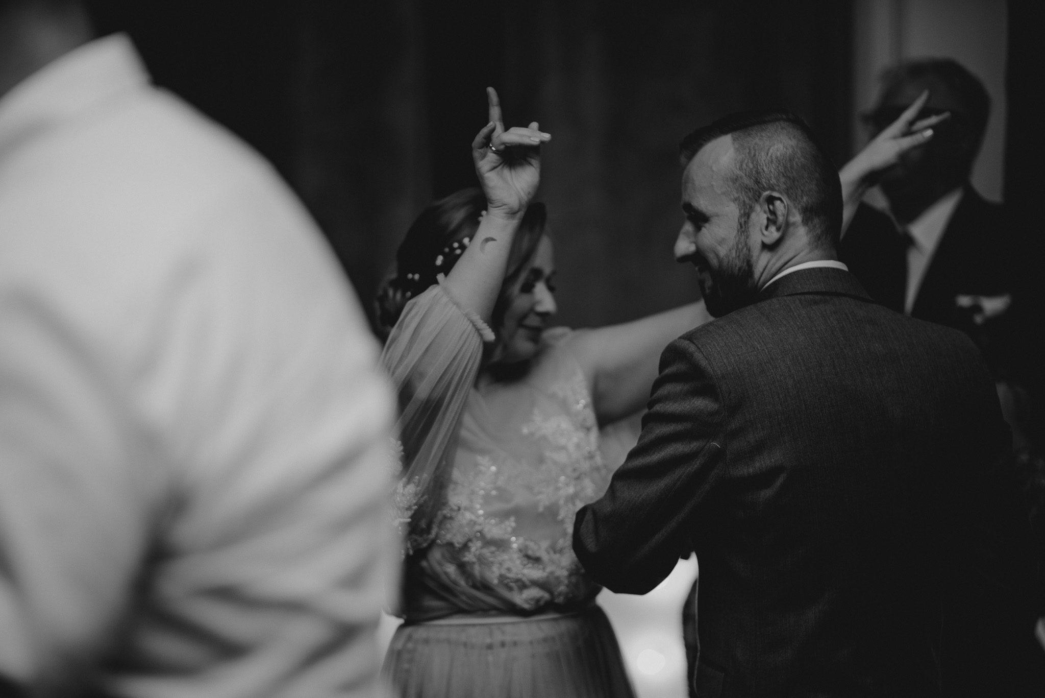 Panna młoda tańczy na weselu - ślub w Biskupicach, Siedem Drzew