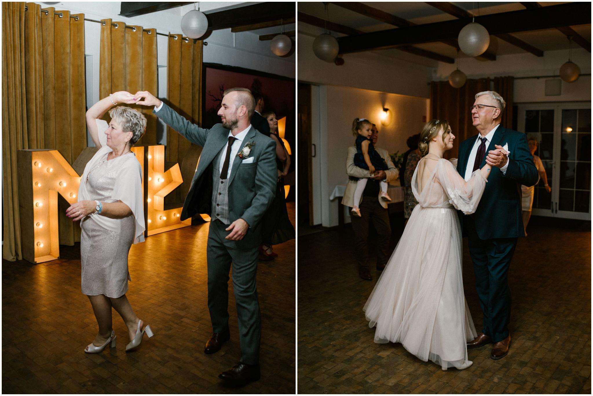 Para młoda tańczy na weselu z rodzicai- ślub w Biskupicach, Siedem Drzew