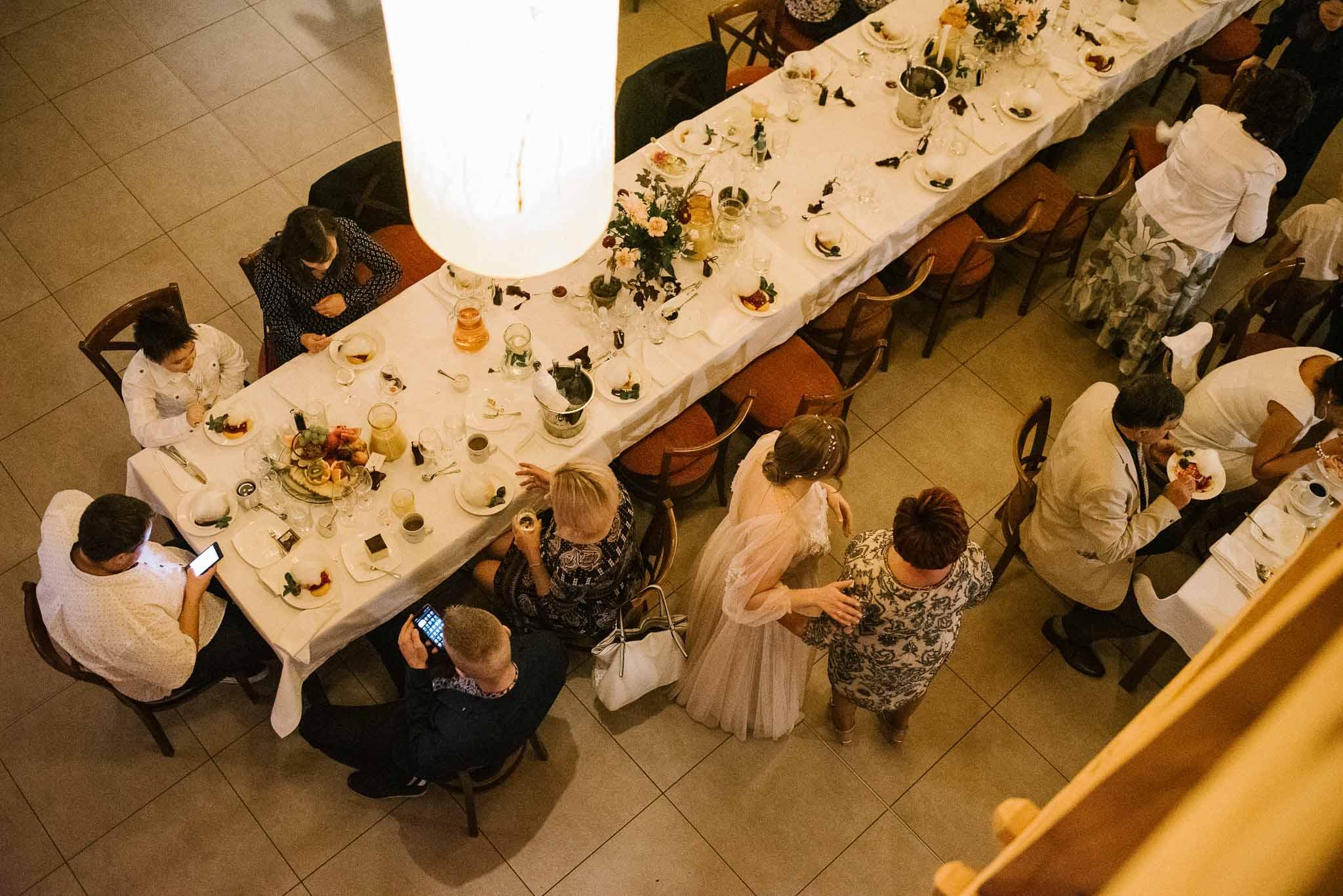 Stół i goście weselni - ślub i wesele w Biskupicach, Siedem Drzew