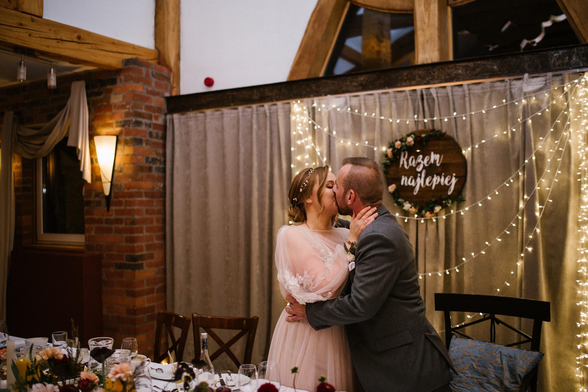 Para młoda się całuje - ślub w Biskupicach Siedem Drzew