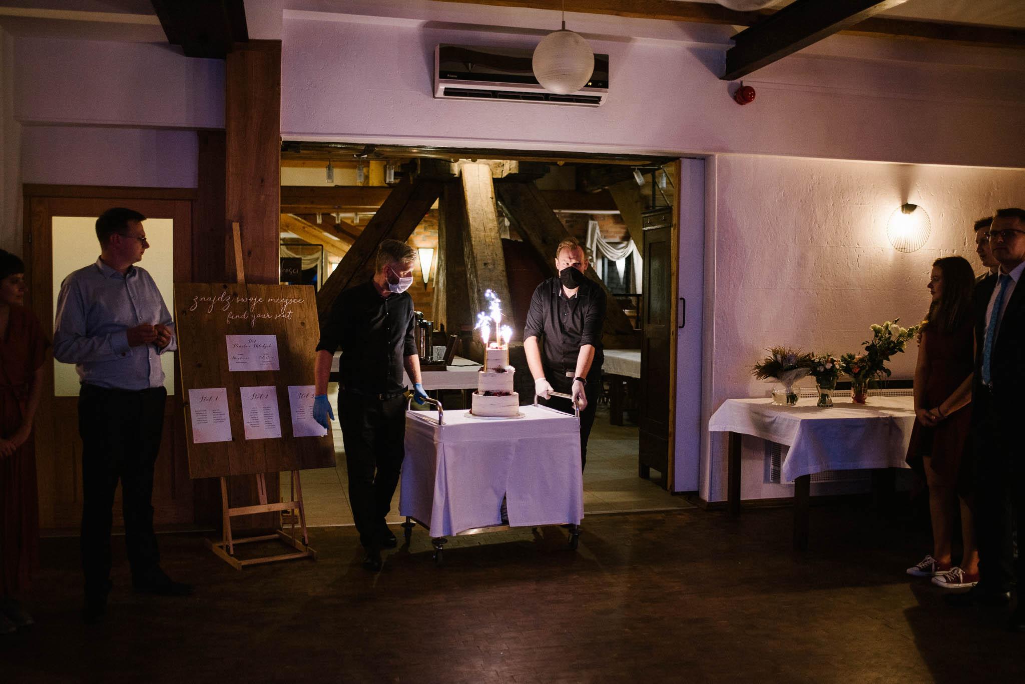 Tort wjeżdża na salę weselną - ślub w Biskupicach, SiedemD