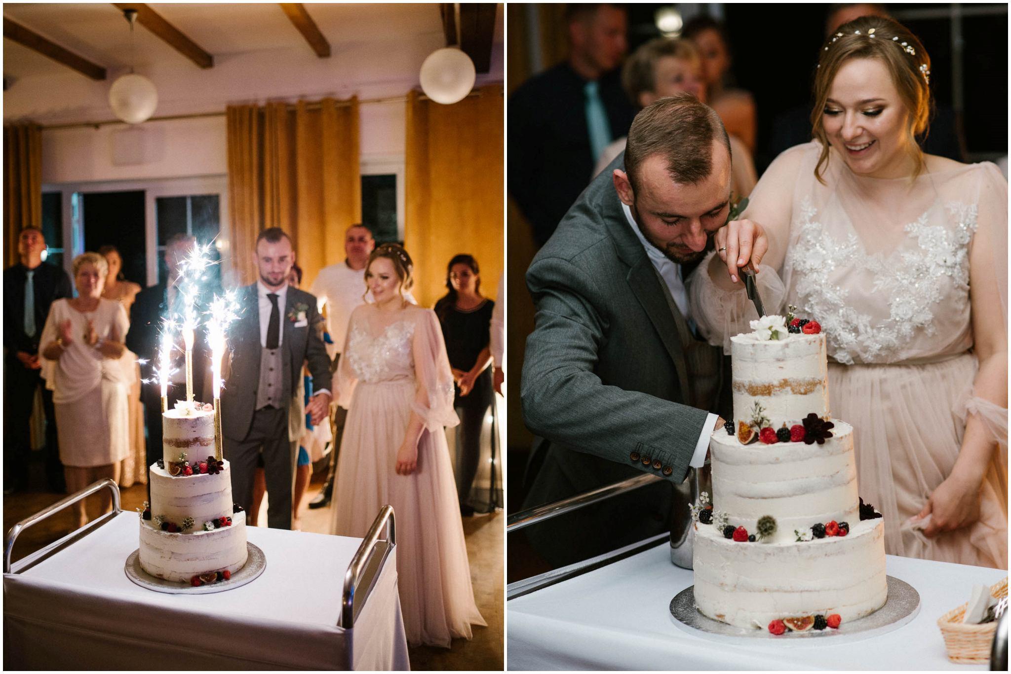 Para młoda kroi tort - ślub w Biskupicach, Siedem Drzew