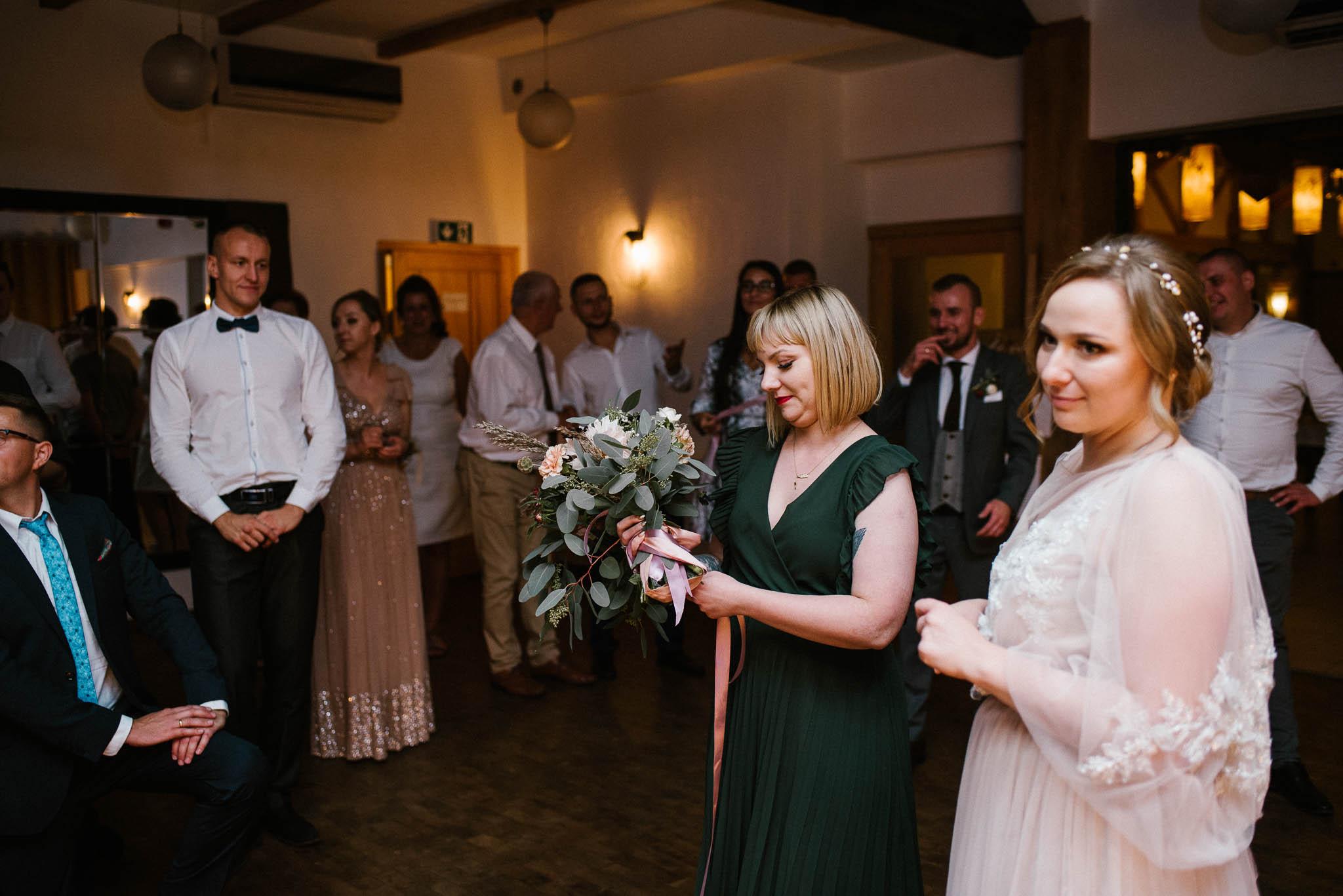 Panna młoda rzuca bukiet podczas oczepin - ślub w Biskupicach, Siedem Drzew