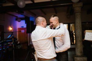 Pan młody rzuca krawat podczas oczepin - ślub w Biskupicach, Siedem Drzew