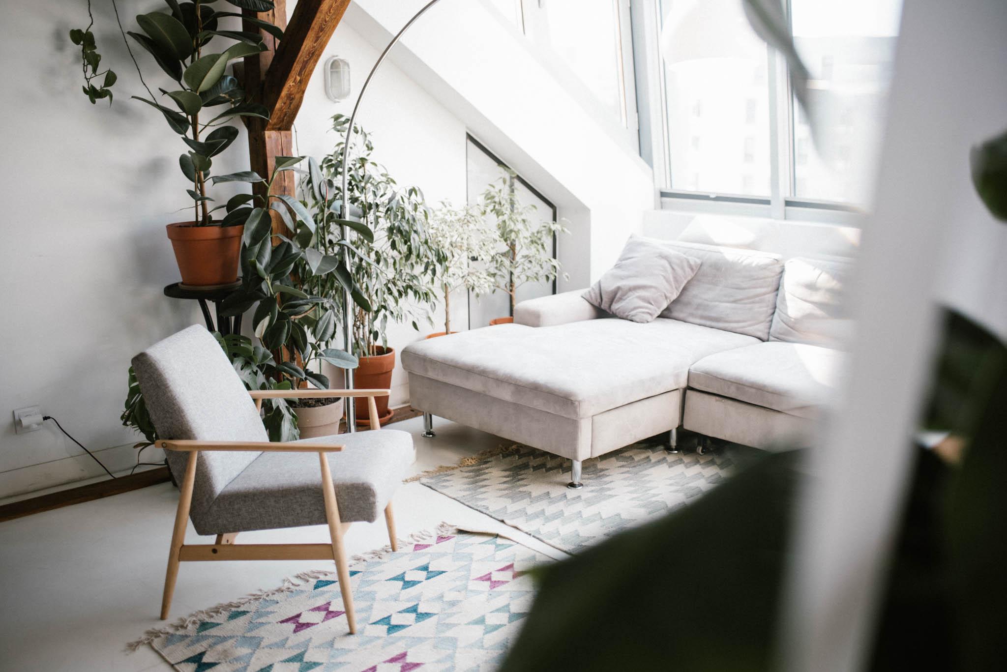 Salon w industrialnym stylu, fotel i sofa - sesja miłosna lifestyle Poznań Pani Woźna