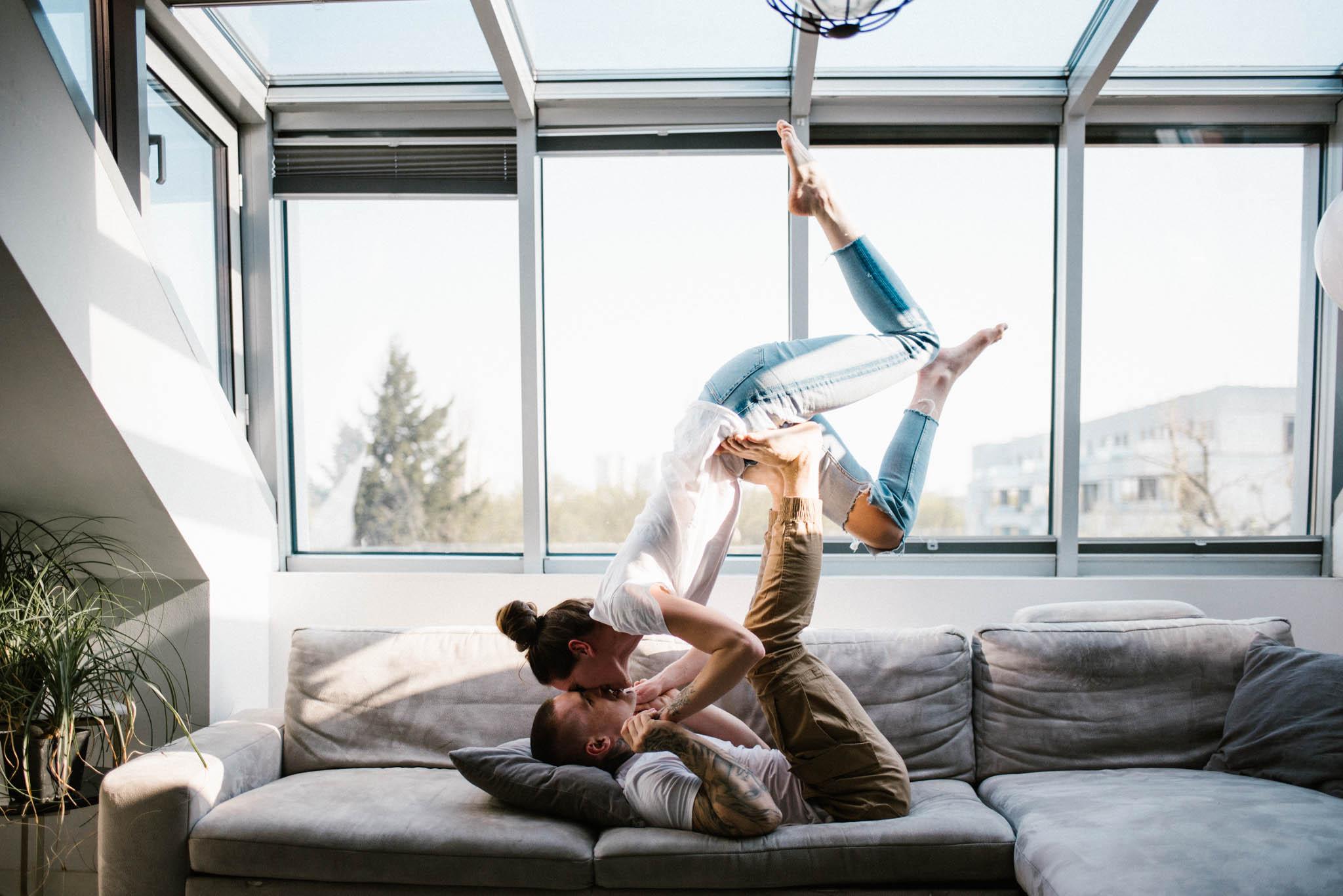 Mężczyzna podnosi partnerkę do góry - sesja miłosna pary lofestyle w domu Poznań Pani Woźna