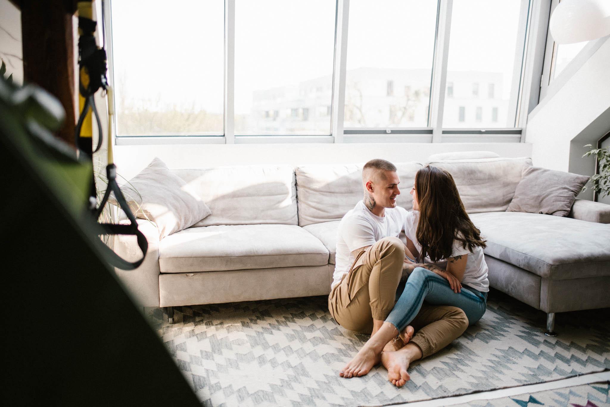 Para przytula się na dywanie - sesja miłosna pary lofestyle w domu Poznań Pani Woźna