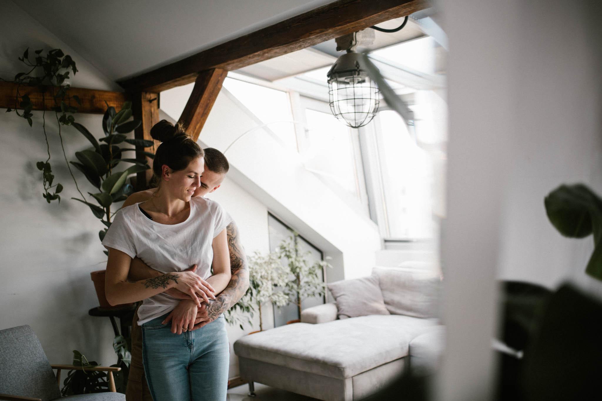 Para przytula się w mieszkaniu - sesja miłosna w domu w Poznaniu