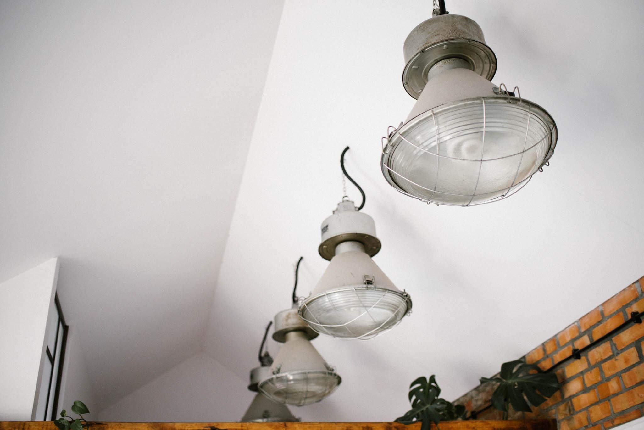Industrialne stare lampy - sesja miłosna lifestyle Poznań Pani Woźna