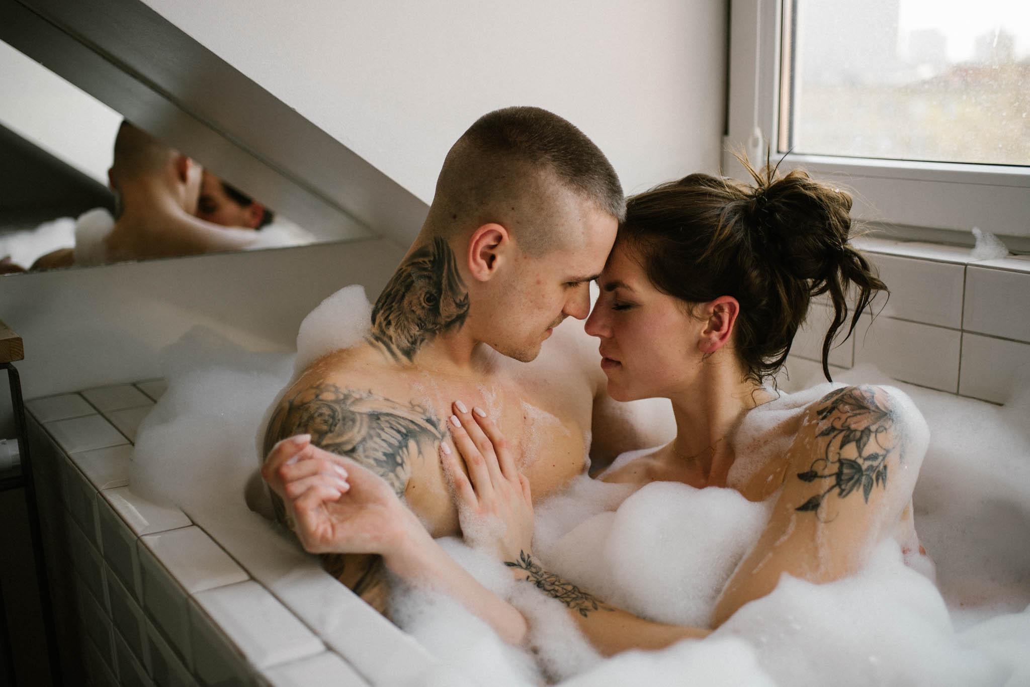 Para całuje się we wannie pełnej piany - sesja miłosna w domu w Poznaniu
