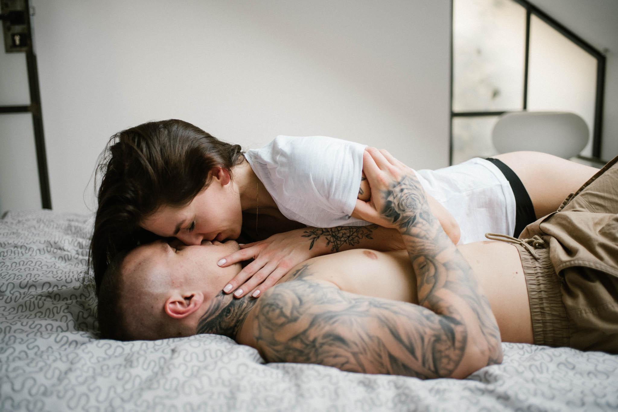 Para całuje się na łóżku -sesja miłosna w domu w Poznaniu