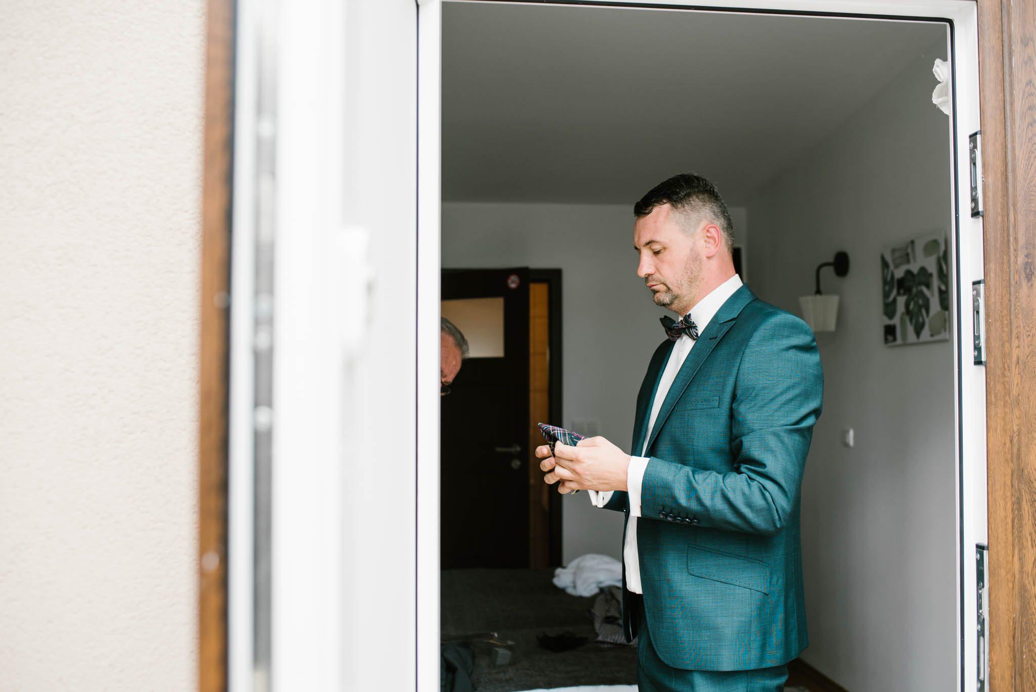 Przyszły mąż trzyma telefon - sesja ślubna na Wyspie Św. Edwarda Zaniemyśl