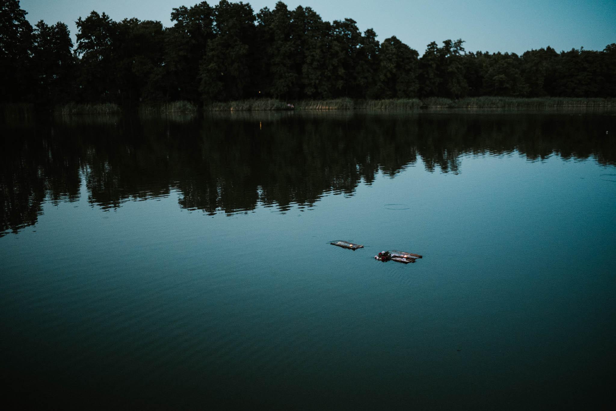 Stateczki płyną po jeziorze - sesja ślubna na Wyspie Św. Edwarda Zaniemyśl