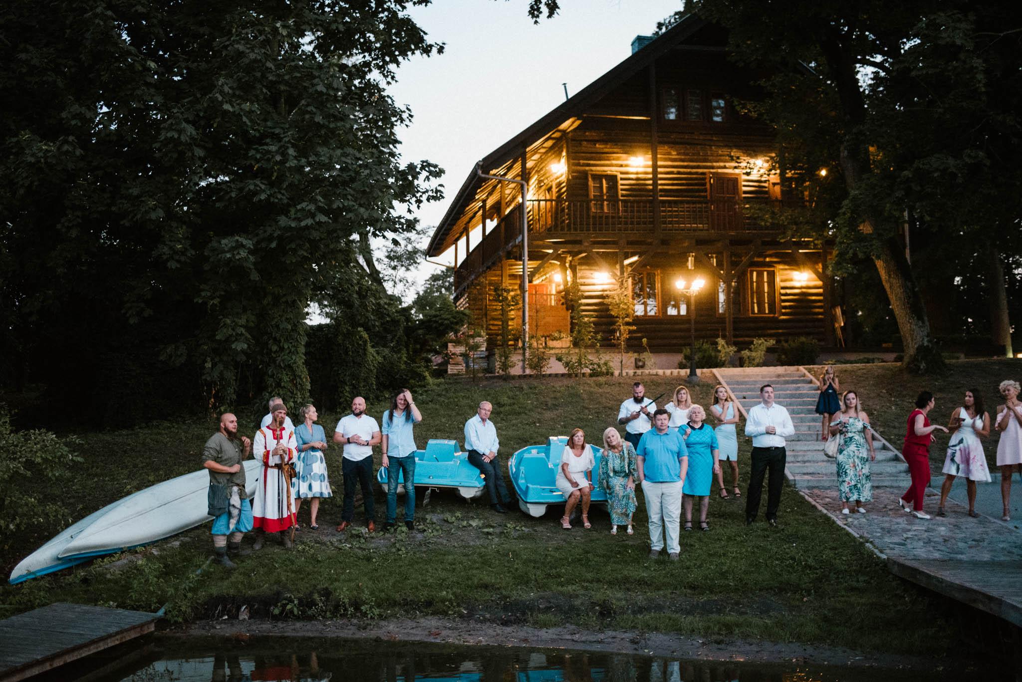 Goście obserwują stateczki na wodzie - sesja ślubna na Wyspie Św. Edwarda Zaniemyśl