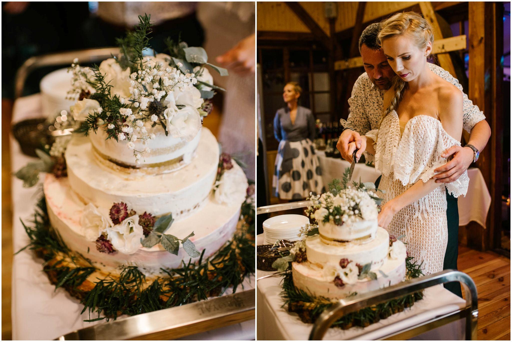 Pani młoda kroi tort weselny - sesja ślubna na Wyspie Św. Edwarda Zaniemyśl