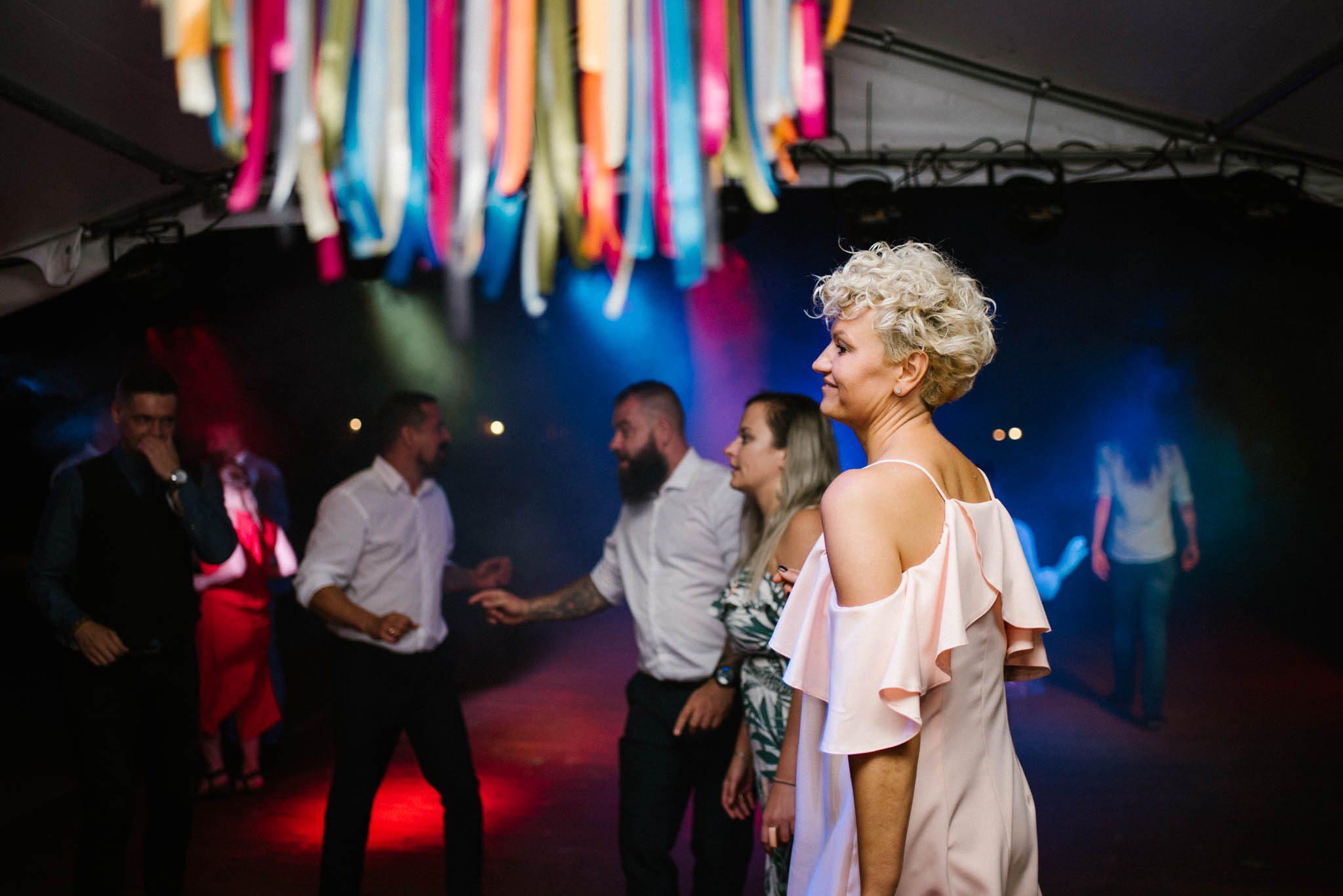 Goście tańczą na parkiecie - sesja ślubna na Wyspie Św. Edwarda Zaniemyśl