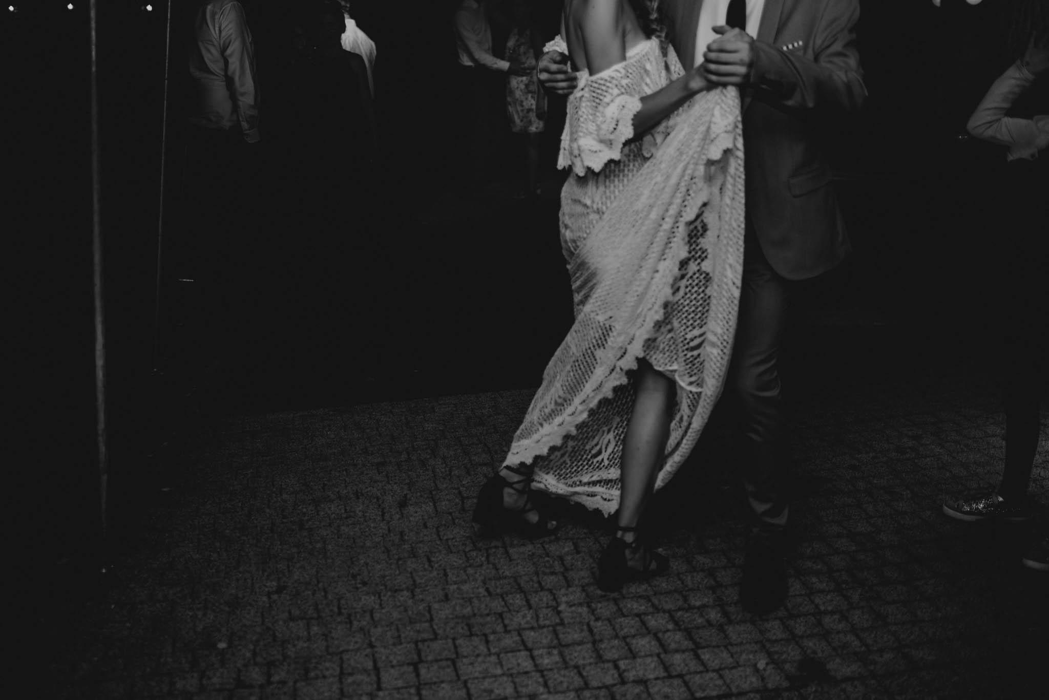 Panna młoda tańczy z gośćmi - sesja ślubna na Wyspie Św. Edwarda Zaniemyśl