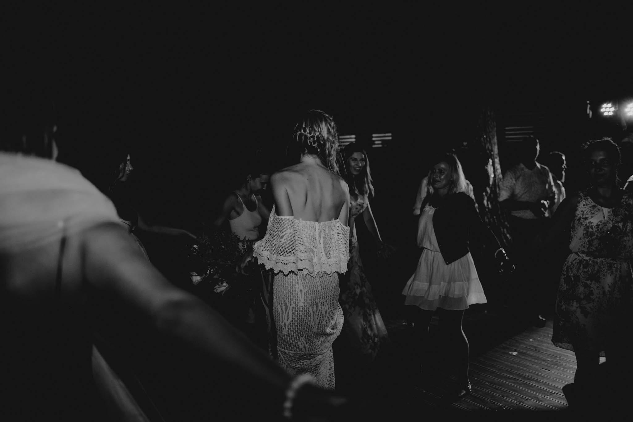 Weselnicy bawią się i tańczą - sesja ślubna na Wyspie Św. Edwarda Zaniemyśl