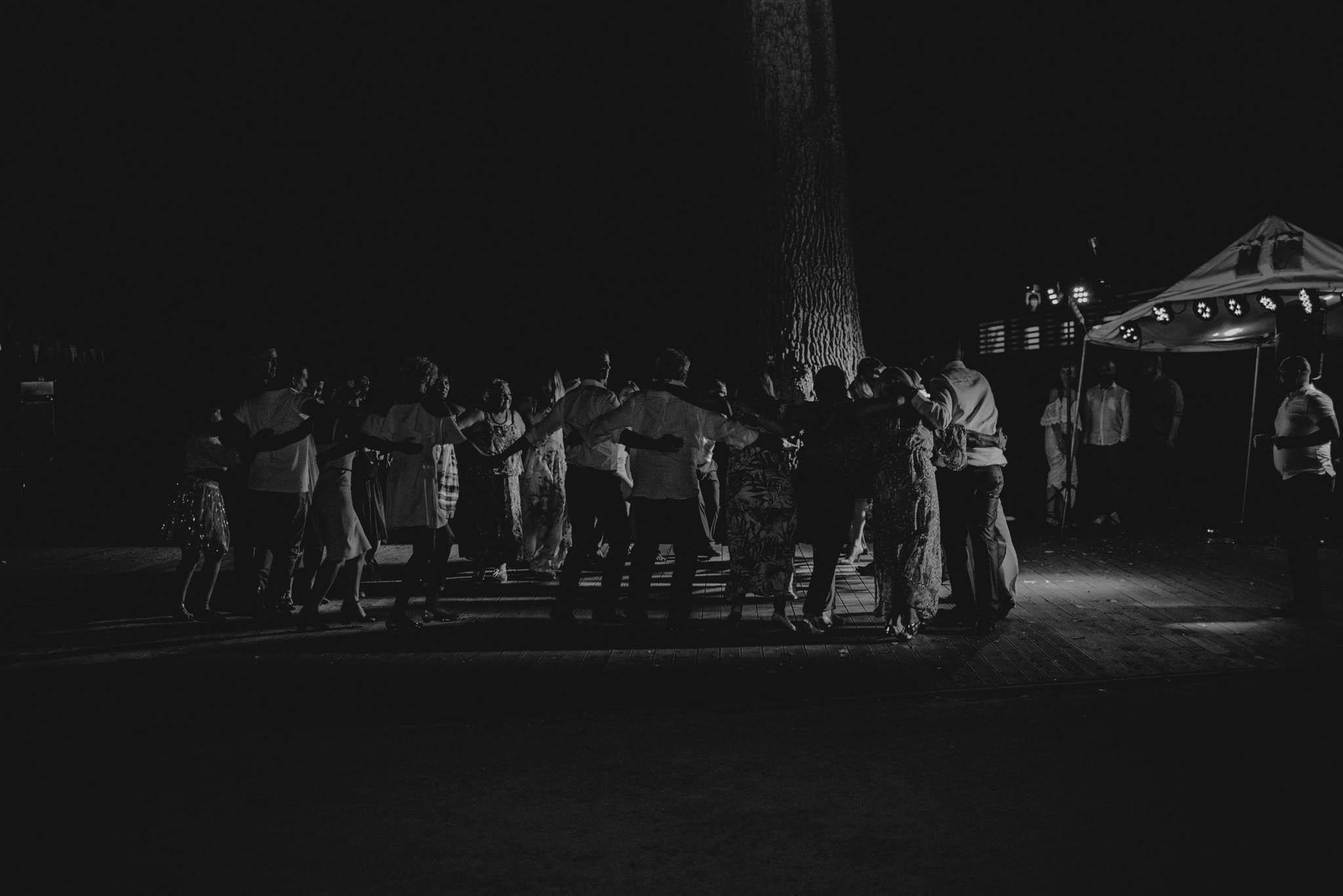 Goście weselni śpiewają piosenki - sesja ślubna na Wyspie Św. Edwarda Zaniemyśl