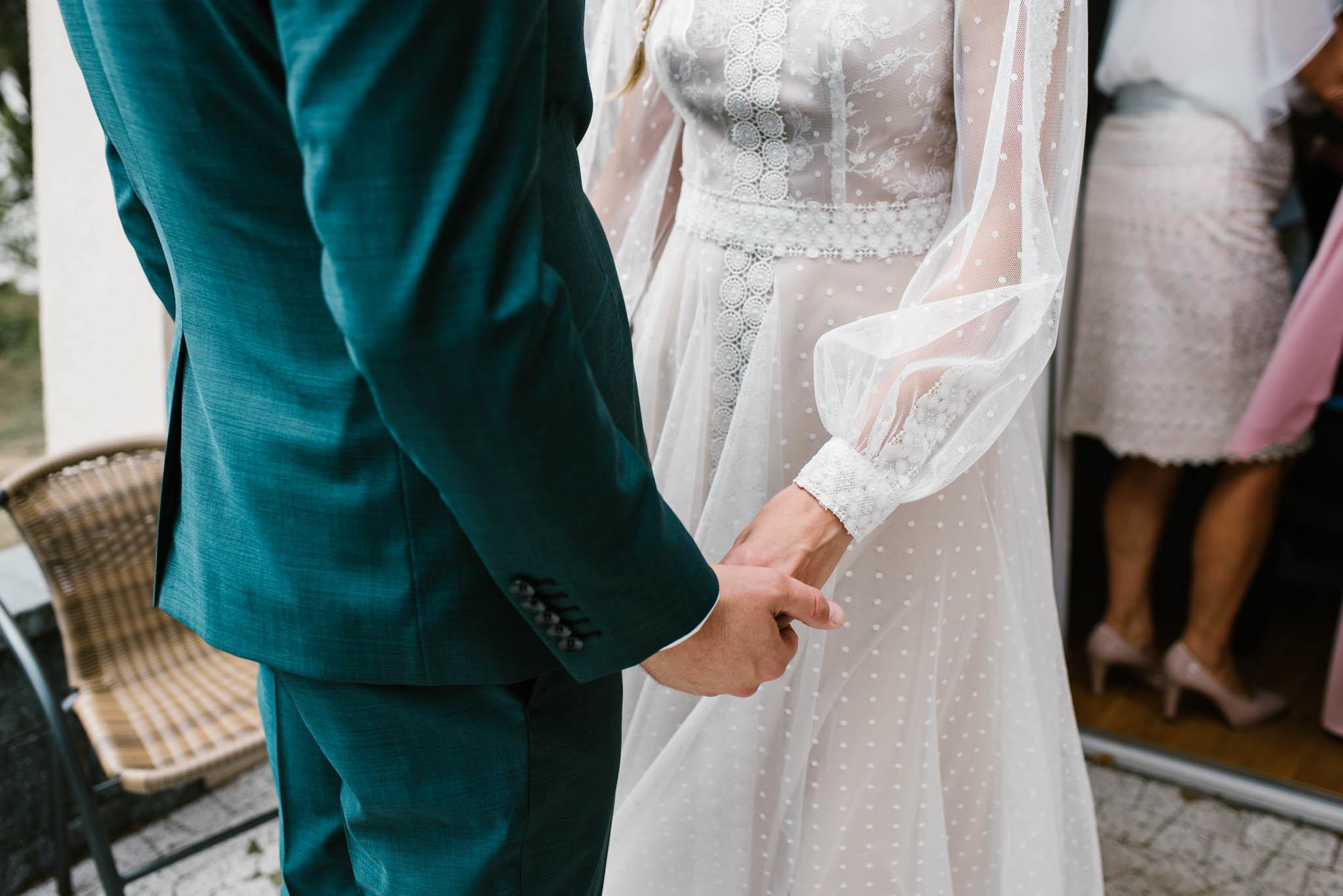 Przyszłe małżeństwo trzyma się za ręce - sesja ślubna na Wyspie Św. Edwarda Zaniemyśl