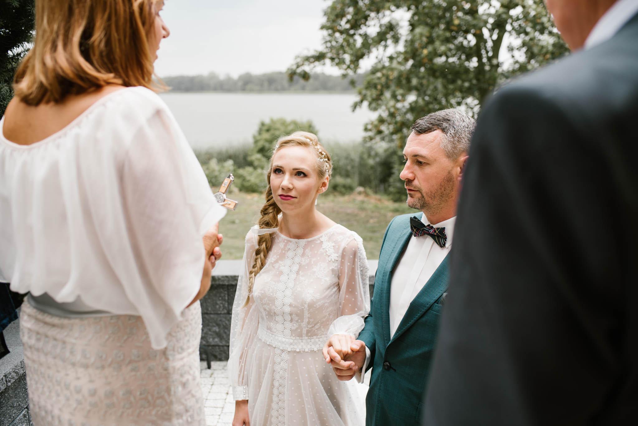 Pan i pani młoda witani są przez gości - sesja ślubna na Wyspie Św. Edwarda Zaniemyśl