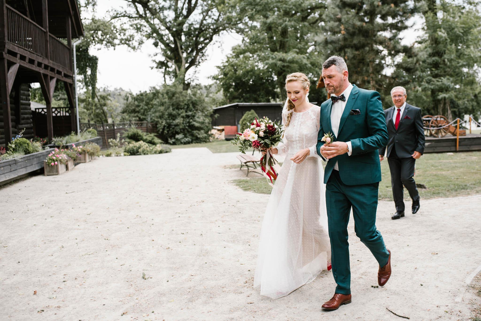 Para młoda idzie chodnikiem - sesja ślubna na Wyspie Św. Edwarda Zaniemyśl