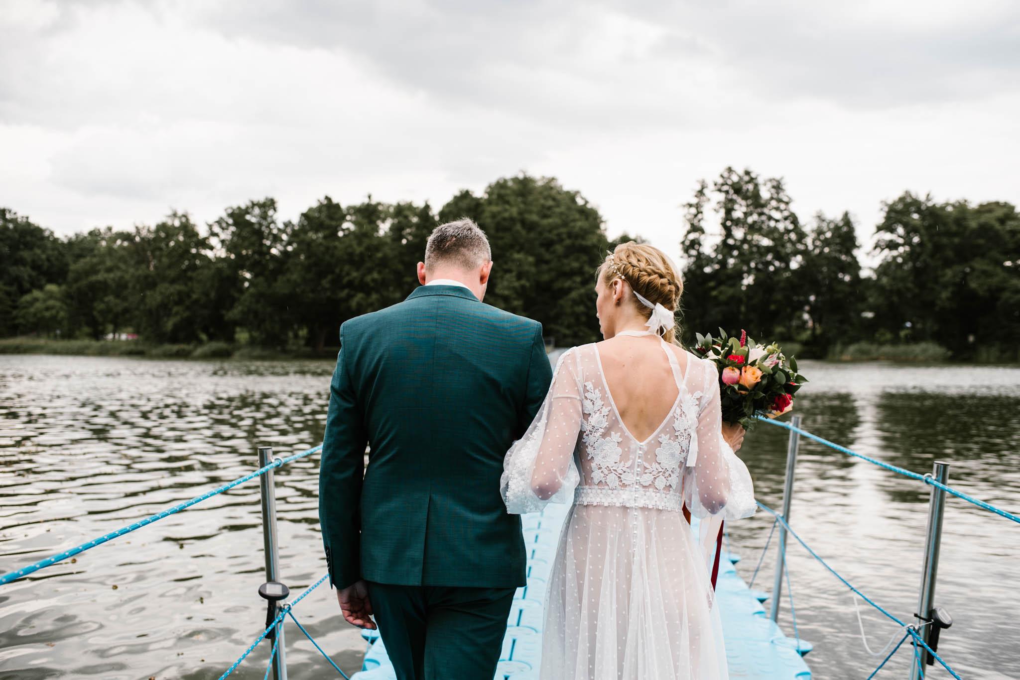 Państwo młodzi idą po pomoście - sesja ślubna na Wyspie Św. Edwarda Zaniemyśl